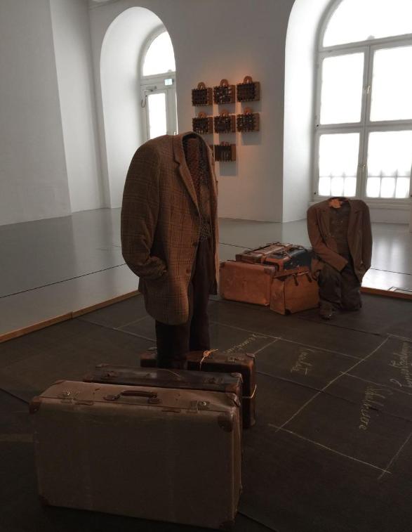 "14 Vlassis Caniaris(1928-2011)的两件装置作品""跳房子""和""共存""陈列"